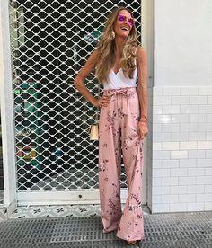 Rosa Millennial com floral é MEGA verão e deixa o look boho ainda mais delicado. Combine com body branco.