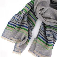 Etole en laine tissée, fond bleu grisé, rayures dans les tons de vert, bleu, grège et bleu marine    Dimension : 70 x 180 cm  Composition : 100% pure laine  Manish, étole INOUÏ Bleu jean  75euros