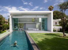 Bazén až do obýváku. Design: Pitsou Kedem Architects.