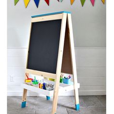Woodworking Projects For Kids DIY: kids easel - A DIY tutorial to build an easel for kids complete with free plans from Ana White. It's week 4 of Handbuilt Holiday, still have 8 more projects to share! Kids Woodworking Projects, Wood Projects For Kids, Wood Projects For Beginners, Learn Woodworking, Diy Pallet Projects, Custom Woodworking, Green Woodworking, Woodworking School, Rockler Woodworking
