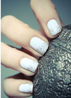 weißer nagellack mit silberem blumenmuster
