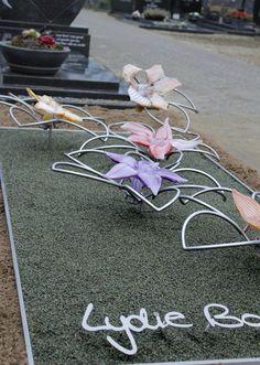 RVS en glazen bloemen; een bijzonder monument als eerbetoon aan bijzondere jonge vrouw. http://www.rvs-grafmonumenten.nl/onze-grafmonumenten/glazen-grafmonumenten/glazen-grafmonument-met-bloemen-voor-een-jonge-vrouw