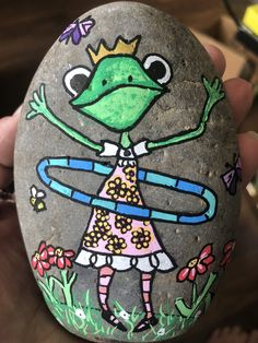 Painted frog rocks are same with another rock painting. It proves that a rock can be turning to something valuable. See many examples of this extraordinary frog painted rocks. Painted Rock Animals, Painted Rocks Kids, Rock Painting Ideas Easy, Rock Painting Designs, Pebble Painting, Stone Painting, Art And Illustration, Frog Rock, Pet Rocks