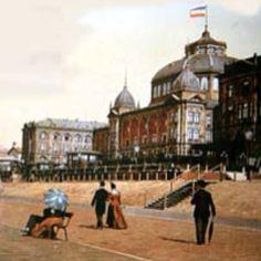 Voor het kurhaus in Scheveningen dames met parasol heren met hoed