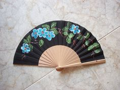 negro  #art #pintadoamano #abanicos #valian #valianart Painted Fan, Hand Painted, Hand Fans, Classic Paintings, Hands, Asian, Cool Stuff, Places, Crafts