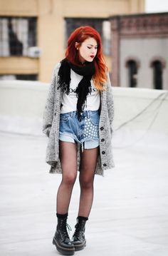 T-shirt - River Island Shorts - Similar here& here Sweater - 5 PREVIEW Boots - Dr Martens If theres anything I want to do on Mondays besides drinking coffee all day is to snuggle in oversized...