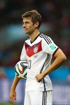 """Con los crespos hechos quedó el alemán Thomas Müller, pues no le llegó el gol ante los argelinos y en tanto, el colombiano James Rodríguez sigue siendo el Rey: «2014 FIFA Copa Mundo Brasil, """"todos en un mismo ritmo""""» [lunes, 30 de junio de 2014]."""