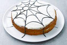 Halloween porkkanakakku ✦ Valmista kakku edellisenä päivänä, mutta tee hämähäkinseittikuvio vasta ennen tarjoilua. Pursotus onnistuu näppärästi minigrip-pussilla, jonka alakulmaan on leikattu pienen pieni reikä. http://www.valio.fi/reseptit/halloween-porkkanakakku/