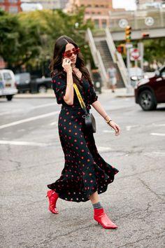Attendees at New York Fashion Week Spring 2019 - Street Fashion Top Street Style, Street Style Trends, Street Chic, Street Fashion, Street Styles, Skai Jackson, Kiernan Shipka, Scandinavian Fashion, Straight Cut Jeans