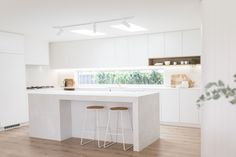 Kinwolf Projects is a design and renovation company and for their latest project, their kitchen featured the stunning Caesarstone Cloudburst Concrete. Kitchen Furniture, Kitchen Interior, New Kitchen, Kitchen Dining, Interior Livingroom, Kitchen Builder, Kitchen Benches, Cuisines Design, Modern Kitchen Design