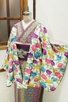 ロイヤルパープル、マスタードイエロー、オペラピンクの彩り美しく、一面の牡丹の花が染め出されたレトロ羽織です。
