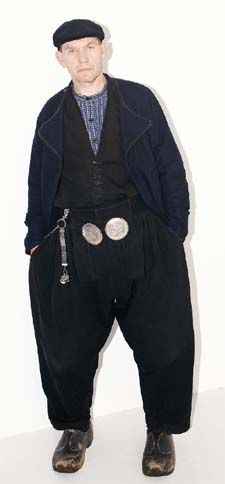 'Deze wollen Volendammer kleding draag ik bijna altijd. Het is bedoeld voor op vissersboten, maar ik woon en werk in Amsterdam. In de zomer is Volendammer kleding te warm. Dan draag ik Urker broeken, die zijn van katoen. Ik verzamel alles wat met klederdracht te maken heeft: sieraden, boeken, hoeden. Volgens mij ben ik de enige in Amsterdam die zich zo kleedt. Herman Berkhout #NoordHolland #Volendam