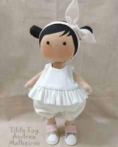 Discover thousands of images about Tilda Toy com Blusinha de babados. Diy Doll Pattern, Doll Patterns, Crochet Penguin, Tilda Toy, Clothespin Dolls, Fabric Toys, Sewing Dolls, Waldorf Dolls, Soft Dolls