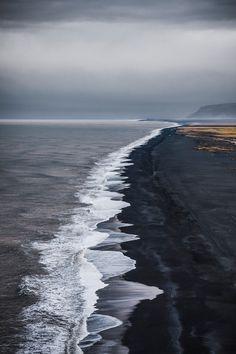 De kust van IJsland is zeer indrukwekkend door het zwarte lavazand. Maak een wandeling bij Vik tijdens je roadtrip voor een unieke ervaring.
