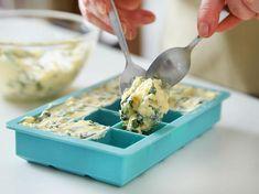 Bärlauch-Butter in Eiswürfelbehältern einfrieren