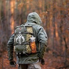 Every prepper and survivalist need a bug out bag list to stay prepared for any SHTF scenario. So what exactly should you include in a bug out bag checklist? Bushcraft Pack, Bushcraft Backpack, Bushcraft Camping, Camping Survival, Outdoor Survival, Survival Prepping, Survival Gear, Survival Skills, Outdoor Gear