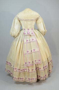 Day dress ca. From the Irma G. Bowen Historic Clothing Collection at the University of New Hampshire Crinoline Dress, Victorian Fashion, Victorian Dresses, Victorian Ladies, Steampunk Fashion, Vintage Fashion, Civil War Dress, Historical Clothing, Historical Dress