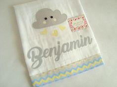 Fralda de Ombro - Nuvem é confeccionada em fralda de ótima qualidade, dupla, barrado em tricoline (100% algodão) e com aplicações do tema.  Ideal para proteger a pele delicada do seu bebê na hora da amamentação.