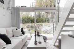 Påkostat attefallshus på Barrvägen 6C med härligt ljusinsläpp och altan  #brokr #brokrfastighetsmäklare #brokrsthlm #mäklare #realestate #realtor #broker #realestateagent #fastighetsmäklare #stockholm #inredning #interior #attefallshus #compactliving #altan #vardagsrum #trädgård #garden #hem #home #bostad