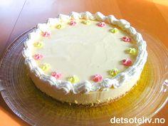 En nydelig fromasjkake av både smak og utseende. Kaken har en frisk smak av sitron og en deilig mandelbunn.