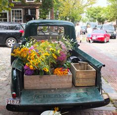 old trucks, flowers, farmer's market. Selling flowers out of wine crates in the back of an old Ford? Yep my heart just skipped a beat Farm Trucks, Old Trucks, Pickup Trucks, Lifted Trucks, Jeep Pickup, Country Trucks, Flower Truck, Flower Farm, Love Flowers
