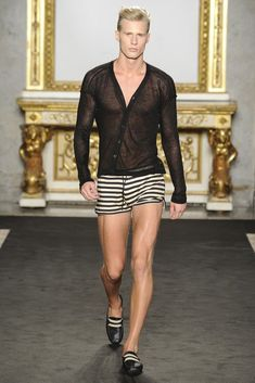 Male fashion & art photography with a homoerotic undertone Only Fashion, Fashion News, High Fashion, Mens Fashion, Fashion Shorts, Milan Fashion, Mens Trends, Versace Men, Cat Walk