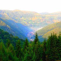 O vale minunată intre munţi! River, Mountains, Nature, Outdoor, Outdoors, Naturaleza, Outdoor Games, Nature Illustration, The Great Outdoors