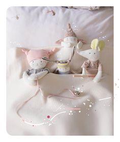 Il est l'heure ! L'heure d'aller au dodo pour bébé, accompagné de petits lutins câlins…  « Les petits dodos » c'est une collection naissance, graphique, douce et tendre, composée de petits lutins, lapin, souris et chats, espiègles, joueurs et tous en pyjama !