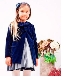Abrigo de ceremonia para niña en terciopelo gris con cierre de lazo en el cuello.