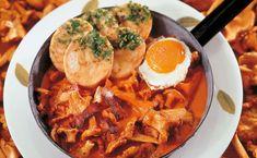 Von der Redaktion für Sie getestet: Eierschwammerl Gulasch mit Spiegelei. Gelingt immer! Zutaten, Tipps und Tricks Thai Red Curry, Ethnic Recipes, Tricks, Food, Camping, Fried Egg Recipes, Goulash, Mushrooms, Easy Meals
