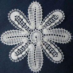 Flor Bobbin Lacemaking, Bobbin Lace Patterns, Lace Heart, Lace Jewelry, Needle Lace, Irish Lace, Lace Making, Yarn Crafts, Lace Detail
