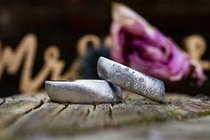 """""""twinkle twinkle"""" heißen diese wunderbar bequemen 20° Grad Trauringe.  Was bedeutet 20° ? Ganz einfach, dein Ringfinger sitzt nicht gerade an der Hand sonder in einer 20° Schräge. Diese Schräge greift die Ringform auf, so wird der Ring wunderbar bequem und fügt sich an die natürliche Form des Fingers an.  Lust auf handgefertigte Unikate? Meldet euch! Grad, Form, Rings, Shoes, Modern, Wedding, Ring Finger, Handmade, Simple"""