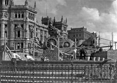 Spain - 1937. - GC - Tapando la Cibeles para protegerla de los bombardeos.
