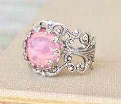 Magnifique bague sur Etsy, chez https://www.etsy.com/fr/listing/156646203/anneau-dopale-rose-vintage-verre-rose