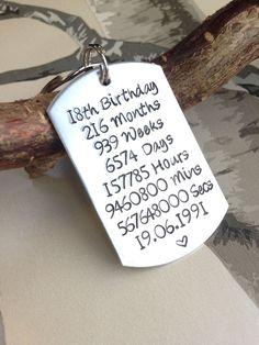 18e verjaardagsgift - de Gift van de verjaardag - Gift voor 18 - 18-Gift voor verjaardag - verjaardag Keyring - gepersonaliseerd Keyring - gepersonaliseerde sleutelhanger Deze aanbieding is voor een hand Aluminium dog tag sleutelhanger gestempeld. De keyring heeft zijn gepersonaliseerd met de maanden, weken, dagen, minuten en seconden in 18 jaar. Dit is de perfecte 18e verjaardagscadeau om te geven! Deze sleutelhanger/keychain kunnen gepersonaliseerd worden met de verjaardag van de pers...