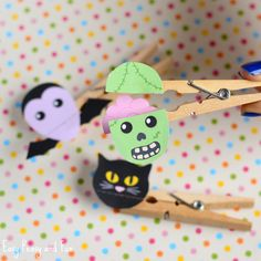 Clothespin Zombie Puppet Craft - Halloween Crafts for Kids - Easy Peasy and Fun Zombie Crafts, Halloween Crafts For Kids, Halloween Kids, Halloween Themes, Funny Halloween, Zombie Clothes, Bat Silhouette, Reindeer Craft, Halloween Silhouettes