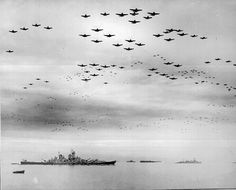 Probably the best picture I've ever seen of planes and ships during WW II. Aviones y barcos durante la Segunda Guerra Mundial. Ww2 Pictures, Ww2 Photos, Action Pictures, World History, World War Ii, History Online, Hiroshima E Nagasaki, Les Satellites, Us Battleships