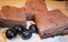 Vynikající kakaový koláček s ovocem. Hotová mňamka!