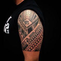 tattoo arten, mann mit schwarzem t shirt und oberarm tattoo