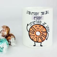 """Taza """"No estoy gordo, estoy rellenito de amor"""". Con diseño de donut. Disponible en www.vagalumedesigns.com / dulce / merienda / rosquilla / café / desayuno / taza / cerámica / regalo / blanca / mañanas / divertida / diseño / original / diferente / amigos / fofisano / gorditos / rellenitos"""