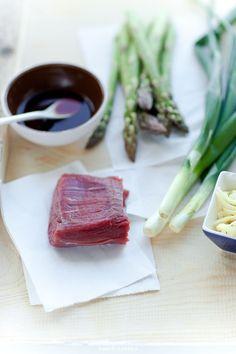 Składniki na stir-fry ze szparagami i polędwicą wołową