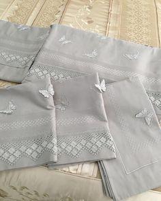 Diy Pillows Covers With Ruffles Diy Pillow Covers, Diy Pillows, Bed Covers, Crochet Borders, Filet Crochet, Ruffle Duvet, Ruffles, Bunk Bed Plans, Quilted Bedspreads
