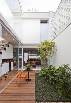 Gallery of Gêmeas Houses / Zoom Urbanismo Arquitetura e Design - 2 Minimalist House Design, Small House Design, Modern House Design, Layouts Casa, House Layouts, Home Room Design, Home Interior Design, Courtyard Design, Narrow House