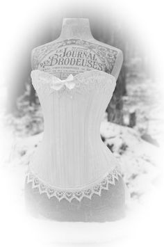 Ajouter une dose délégance victorienne à votre journée de mariage avec mon corset de mariage nuptiale de steampunk. Ce design charmant dispose de brocart coton coutil, dentelle vénitienne et longueurs des lacets de satin luxueux. Le résultat est un unique et lautre dun corset aimable qui ne manquera pas de devenir un précieux héritage familial qui commémore la journée spéciale. Partir du moment où, que vous glissez cette beauté, vous allez tomber en amour avec les courbes de longs et minces…