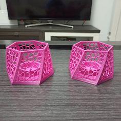 No están todo lo bien que nos gustaría pero para ser la primera vez que imprimimos #PETG no lo damos por malo.  #3dprint #3dprinting #art #home #velas #candelabro #decor #present #pink #candle #aneta8 #AM8 #VictorBautista #VB @sakata3dfilaments Anet A8, Decorative Boxes, Container, Pink, Instagram, Home Decor, Candelabra, First Time, Candles