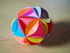 今日は、昨日の「簡単なくす玉」の作り方の続きです。10:三角を裏から10個セロテープでつけたものを、11:ぐるっと輪っかにします。12:輪っかにした一つの... Paper, Diy Crafts, Decor, Origami, Projects, Architecture, Decoration, Decorating, Make Your Own