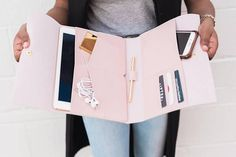 iPad Pro - The Marilyn iPad Case Purse Organizer - iPhone tipps - Pochette Mac, Planer Cover, Accessoires Ipad, Coque Ipad, Purse Organization, Organizing, Leather Clutch, Ipad Case Leather, Apple Products