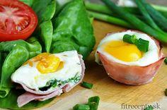Jednoduchá delikatesa vhodná na raňajky alebo ako zdravé pohostenie pre hostí. Ingrediencie (na 4 porcie): 4 plátky kvalitnej šunky 4 vajcia 4 PL strúhaného syra 4 PL špenátu 4 sušené paradajky (voliteľné) Postup: V tomto recepte môžete použiť formu na muffiny alebo silikónové formičky na muffiny.Tie najlepšie recepty aj s nutričnými hodnotami nájdete v knihe […]