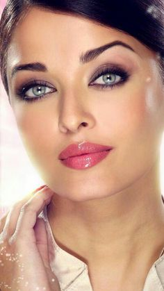 Love this glad look on miss world Aisha Rai Actress Aishwarya Rai, Aishwarya Rai Bachchan, Aishwarya Rai Makeup, Beautiful Lips, Most Beautiful Women, Beautiful Clothes, Beautiful Indian Actress, Beautiful Actresses, Tips Belleza