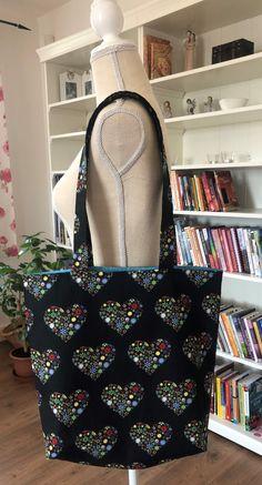 Černá taška s barevnými srdíčky